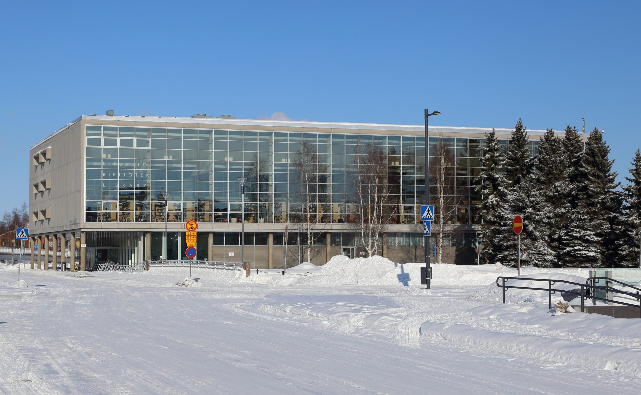 Oulun kaupunginkirjasto lumisessa maisemassa